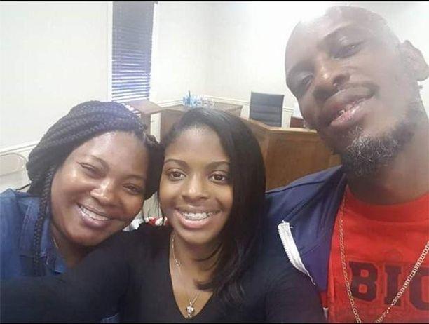 Kamiyah Mobley (kesk.) tapasi äitinsä Shanara Mobleyn ja isänsä Craig Aikenin.