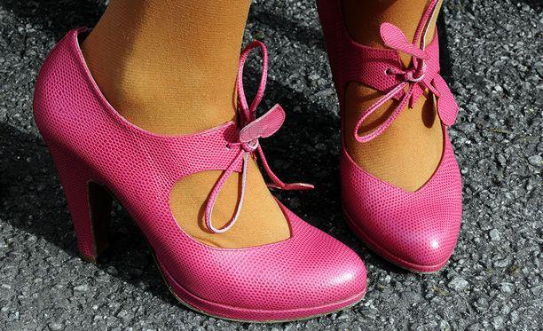 Käräjäoikeus piti epäuskottavana, että vastaaja olisi hankkinut Minna Parikan suunnittelemia kenkiä terveyssyistä. Kuvituskuva.