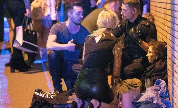 Räjähdyksen jälkeen uhrit odottivat apua kadulla.