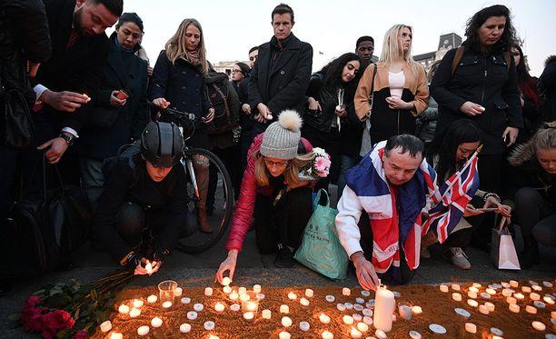 Ihmiset sytyttivät kynttilöitä Lontoon keskiviikon iskun uhrien muistoksi lähellä tapahtumapaikkaa.