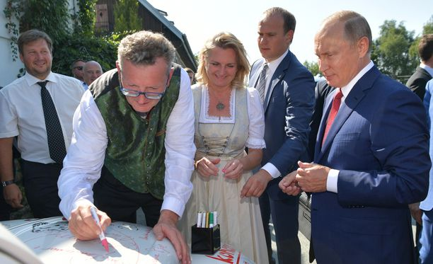Sulhanen Wolfgang Meilinger (vas.) ja Putin ovat kumpikin intohimoisia judon harrastajia. Morsian puolestaan kertoo tunteneensa Putinin jo yli 20 vuotta.