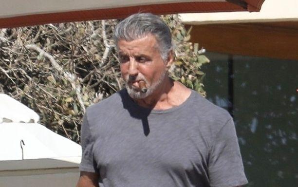 Sylvester Stallone on viettänyt koronakevään kotosalla perheensä kanssa. Hän on myös kasvattanut tyylikkään parran. Myös hiukset ovat saaneet kasvaa koronakesän aikana.