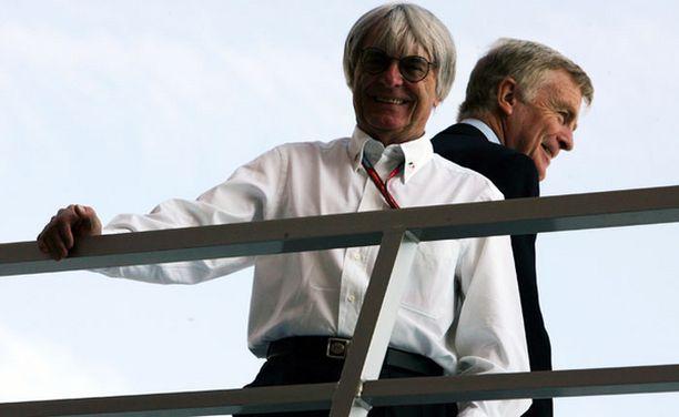 VÄLIRIKKO Myös Bernie Ecclestone (vas.) on kääntänyt selkänsä Max Mosleylle.