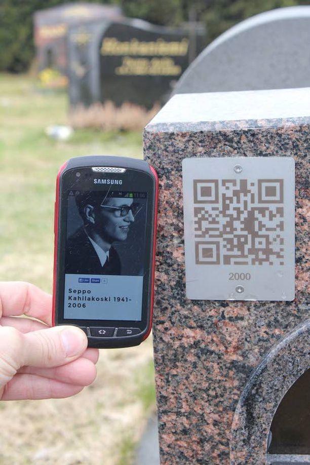 Hautakivessä oleva QR-koodi avaa älypuhelimella pääsyn muistosivustolle.