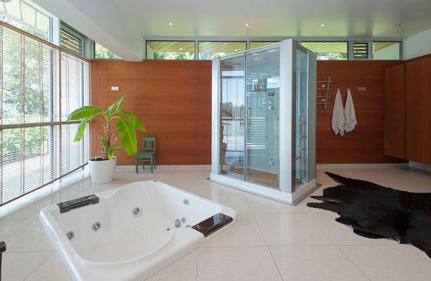 Myynti-ilmoituksen mukaan rakennuksen on suunnitellut 1950-luvulla arkkitehti Viljo Revell. Päätalon kylpyhuoneissa on kylpyamme, höyrysauna, poreallas ja infrapunasauna.