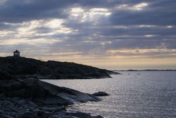 Tyhjillään ollut vene löytyi Kökarin saarella olevalta karikolta Ahvenanmaalta. Arkistokuva.