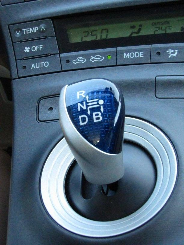 Syytetyn mukaan poika oli todennut hybridiauton vaihdekepin olevan kuin sieni. Kuvassa Toyota Priuksen vaihteenvalitsin.