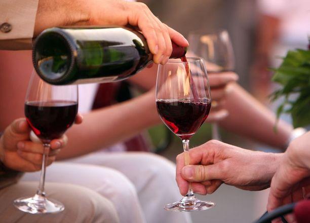 Alkoholi vaikuttaa keskushermostoon, johon vaikuttavat myös monet lääkkeet.