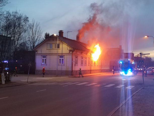 Kuvasta näkyy, kuinka rajusta palosta on kyse.