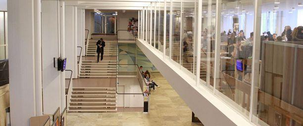 Korkea koulutus ei ole enää työllistymisen tae. Kuva Helsingin Yliopiston Porthania-opintorakennuksen aulasta.