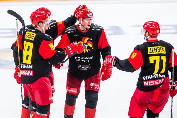 Sami Lepistö, maalintekijä Mikko Lehtonen, Petri Kontiola ja Nicklas Jensen juhlivat Jokerien ainoaa maalia.