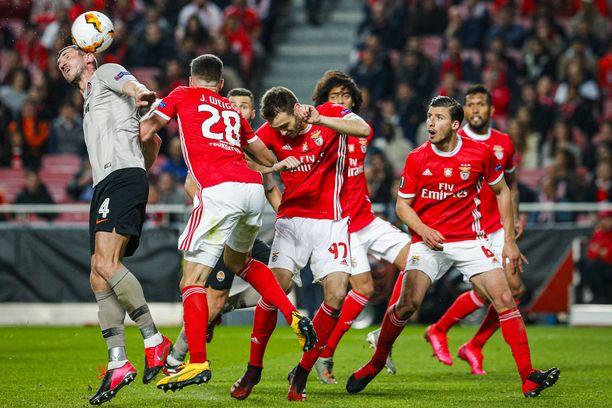 Benfican pelaajien bussi joutui kivityksen kohteeksi.