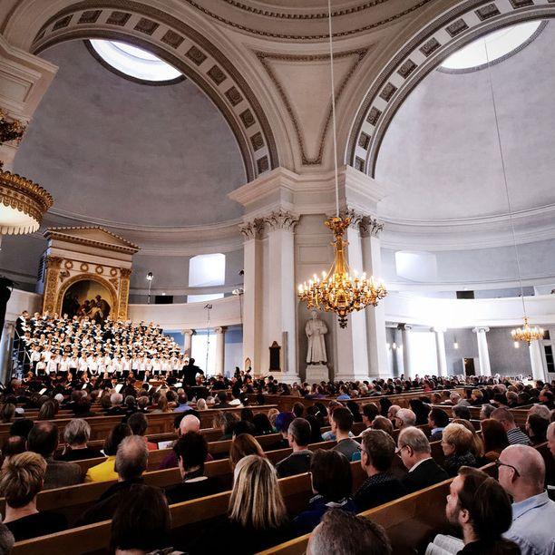 Harjoitukset mukaan lukien poikakuorolaiset lauloivat pääsiäisviikolla yli 15 tuntia.