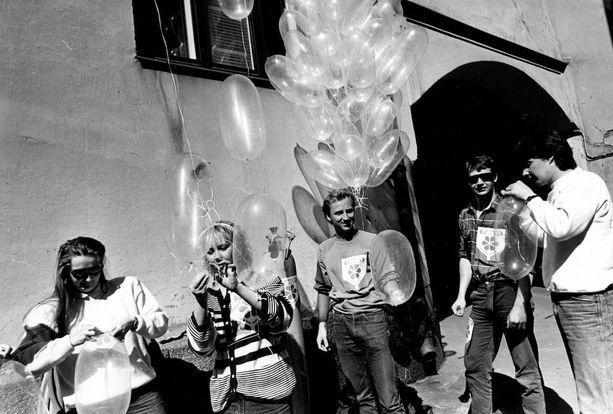 Helsingin lääketieteen opiskelijat tekivät kondomeista ilmapalloja vappuna 1988.