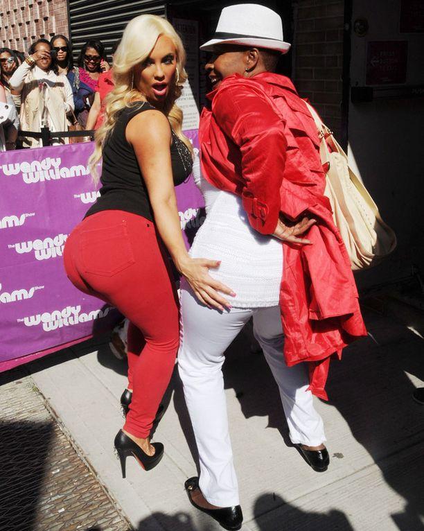 Coco ja Iyalana Vanzat tekivät Cocon bravuuriposeerauksen vierailtuaan The Wendy Williams Show'ssa New Yorkissa keskiviikkona.