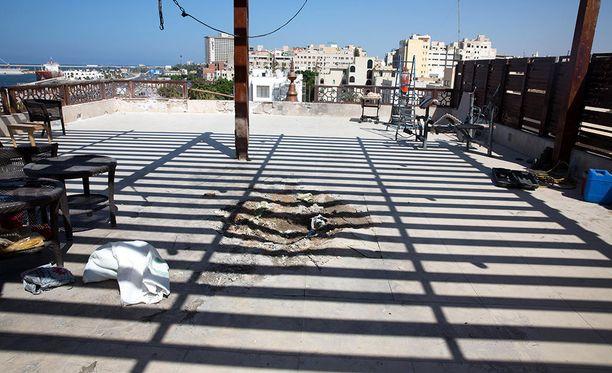 Libyan pääkaupungissa puolisotilaalliset joutkot ovat ottaneet yhteen noin viikon ajan. Kuva hotellin katolta, jossa on räjähtänyt tuntemattoman ryhmittymän ammus.