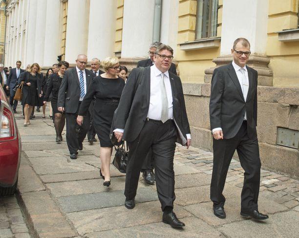 Erikoistutkija uskoo perussuomalaisten lähtevän Juha Sipilän (kesk) hallituksesta - joko Timo Soinin tai hänen seuraajansa johdolla. Kuvassa vanha ja uusi hallitus matkalla Presidentinlinnaan 29.5.2015.