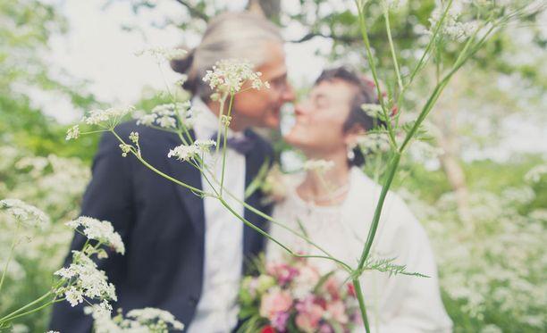 Lapseton puoliso voi saada leskeneläkettä vain jos on mennyt naimisiin ennen kuin on täyttänyt 50 vuotta. Avioliiton täytyy myös kestää ainakin viisi vuotta ennen leskeksi jäämistä.