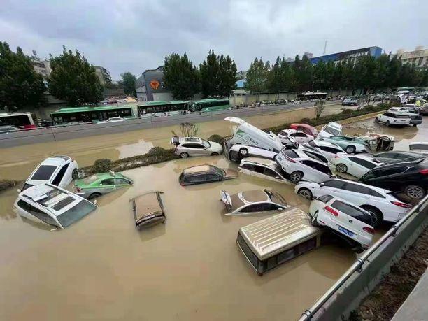 Tulvat ovat sekoittaneet Zhengzhoun liikenteen täydellisesti.