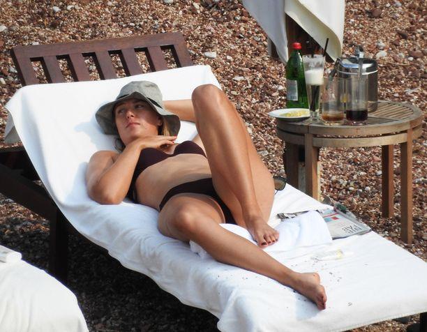 Upea nainen nautti auringosta Montenegrossa, Adrianmeren rannalla.
