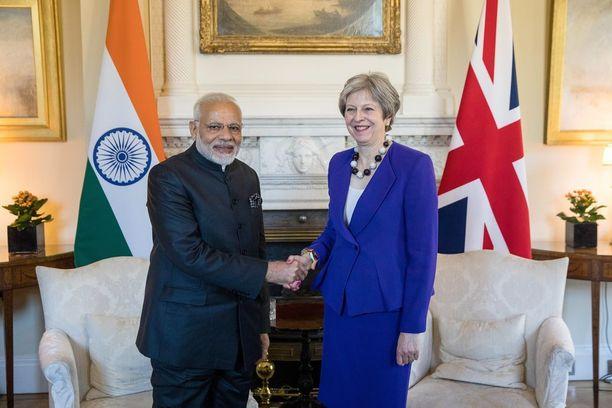 Narendra Modi tapasi tänään Lontoossa pääministeri Theresa Mayn.