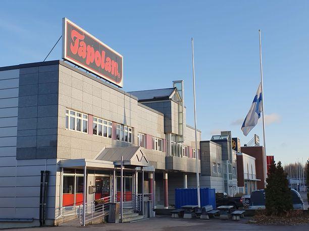 Tapolan lihanjalostustehtaalla Tampereella lippu nostettiin puolitankoon perjantaina.