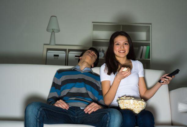 Uniapnean tyypillisimpiä oireita ovat muun muassa jatkuva väsymys, nukahtelu, kuorsaus, suun kuivuminen ja unenaikaiset hengityskatkokset.