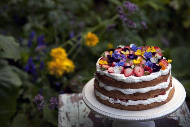 Nakukakku on koristeltu kauniisti majoilla ja syötävillä kukilla.