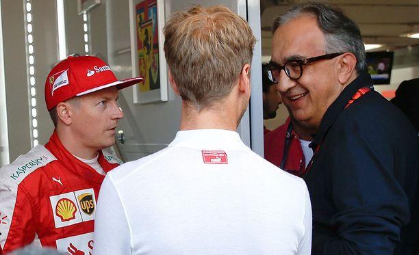 Sergio Marchionne juttelemassa Kimi Räikkösen ja Sebastian Vettelin kanssa Monzassa.