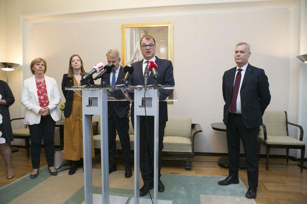 Hallitusneuvotteluihin osallistuvien puolueiden puheenjohtajat puhuivat yhdessä medialle 8. toukokuuta.