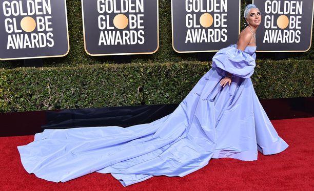 Lady Gaga pukeutui Valentinon näyttävään iltapukuun.