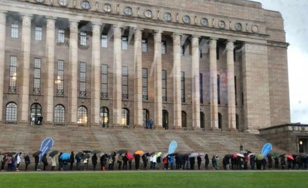 Monet haluavat nähdä, miltä eduskuntatalo näyttää sisäpuolelta. Kuva on otettu avoimien ovien päivältä viime vuoden lopulta.