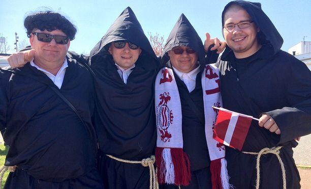 Munkeiksi pukeutuneet fanit kannattavat Latviaa.