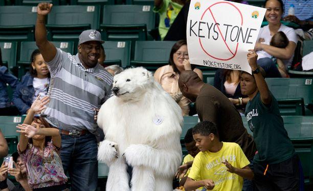 Se, saako jääkarhu tahtonsa läpi öljyputken suhteen jää nähtäväksi, mutta ainakin se on onnistunut herättämään huomiota.