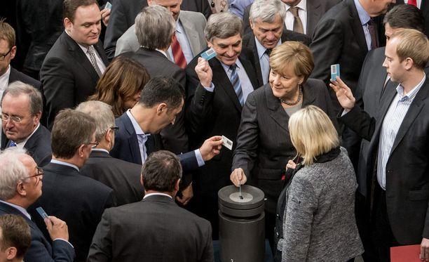 Liittokansleri Angela Merkel ja muut liittopäivien edustajat äänestivät Saksan mukaan Isisin vastaiseen rintamaan Syyriaan.