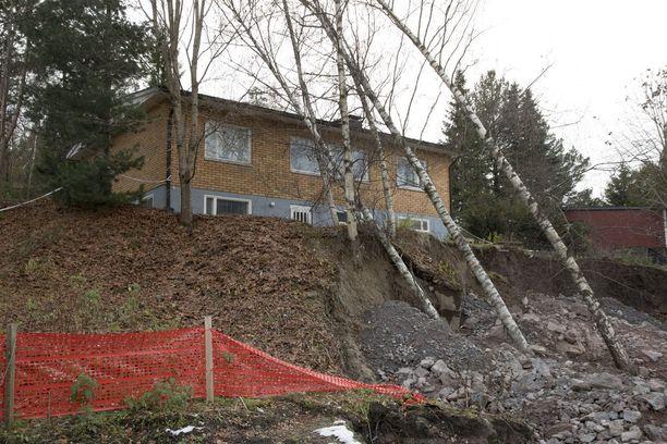 Sortumisvaaran jälkeen paikalle tuotiin jopa lisää savimaata, ettei talo vajoaisi.