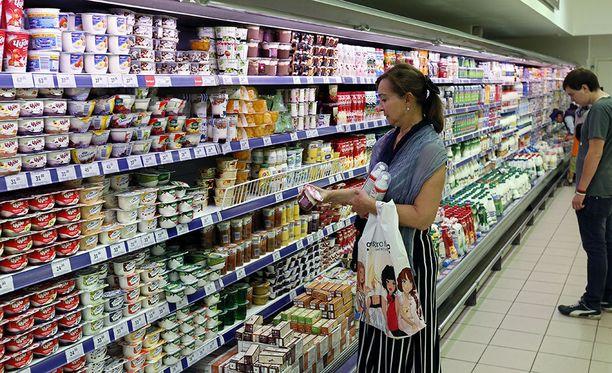 Asiakkaat valitsemassa maitotuotteita Moskovassa.
