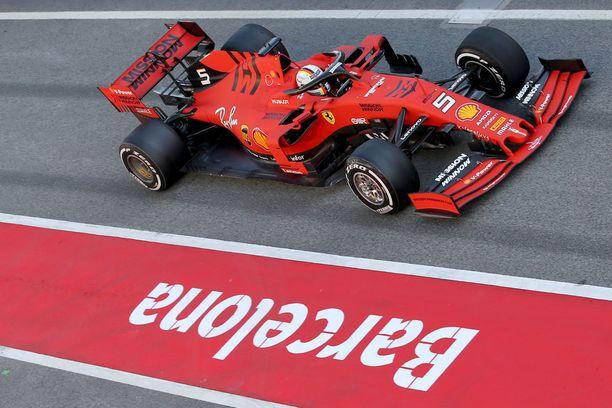 Sebastian Vettel ahkeroi Barcelonan testien ensimmäisenä päivänä.