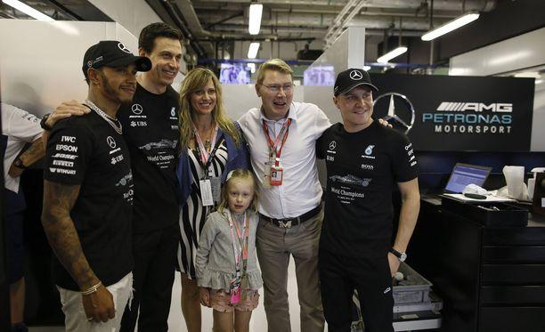 Kaksinkertainen F1-maailmanmestari Mika Häkkinen vaijkutti viihtyvän Abu Dhabin varikkotunnelmissa.