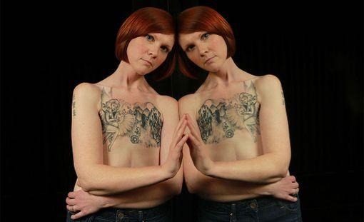 Kanadan Ottawassa asuva Kelly Davidson on selvinnyt syövästä kolmesti. Kun hänen molemmat rintansa poistettiin, Kelly päätti korjausleikkauksen sijaan ottaa tatuoinnin.