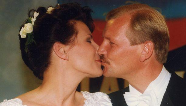 Pariskunta sinetöi viiden vuoden seurustelunsa häillä vuonna 1995.