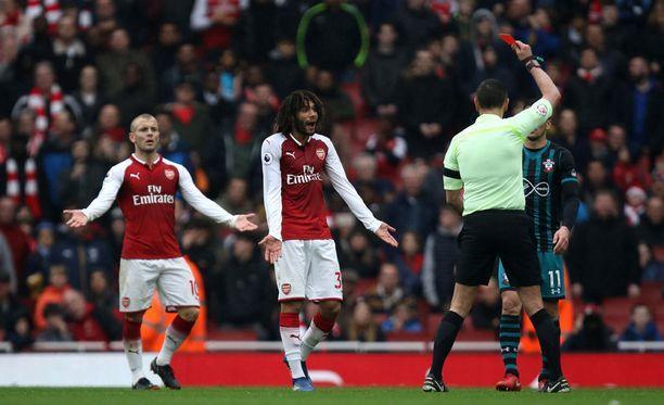 Arsenalin Mohammed Elneny näki punaista - kahdellakin tapaa.