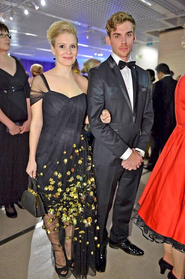 Pamela Tola ja Lauri Tilkanen olivat yksi itsenäisyyspäivän vastaanoton kuvatuimmista pareista.