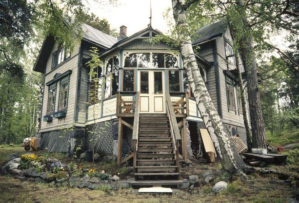 Kuvassa Kruunuvuorenrannan huvila-alueen Villa Hällebo. Kuva on otettu vuonna 2000.