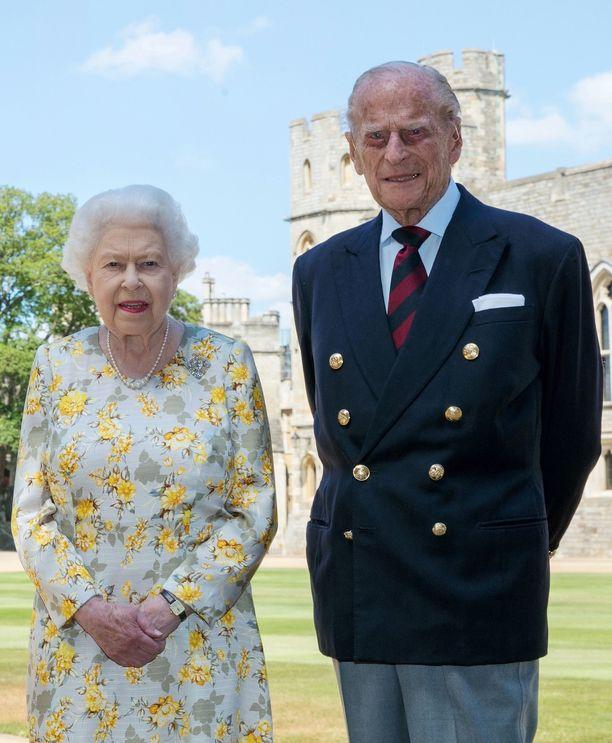 Kuningatar täytti tänä vuonna 94 vuotta ja prinssi 99 vuotta. Pari juhlisti 73. hääpäiväänsä kaksin.