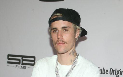 Poptähti Justin Bieber vaatii miljoonakorvauksia kunnianloukkauksesta – kaksi fania syyttää seksuaalisesta ahdistelusta