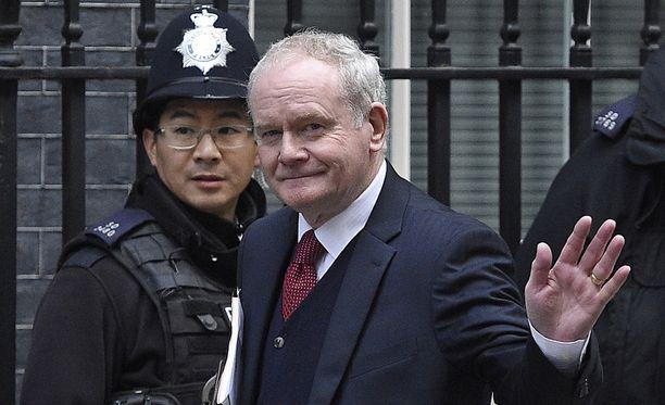 McGuinness poistumassa Britannian pääministerin virka-asunnolta Downing Street 10:stä.