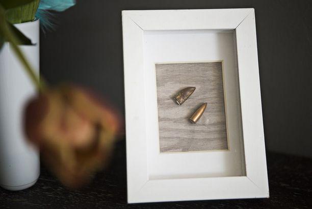 Eero Hiltusen ampuma luoti lävisti Heidi Foxellin vatsan. Alkuperäinen luoti ja sen mallikappale ovat nyt kehystettyinä Foxellin olohuoneessa.