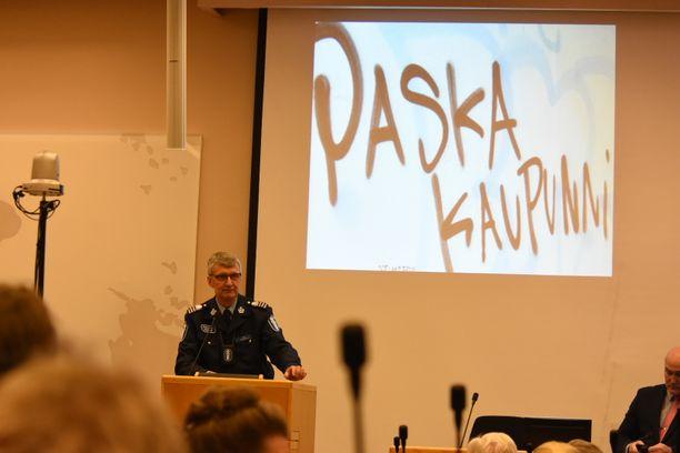 Apulaispoliisipäällikkö Arto Karnaranta otti esityksensä aluksi tutun graffitin esiin.