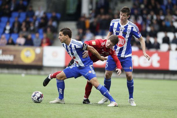 Sebastian Dahlström ja Daniel O'Shaughnessy taistelivat pallosta HB Tórshavnin pelaajaa vastaan.